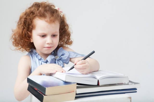 【左利きは字が汚い?】字の特徴やきれいに書く練習法を解説!